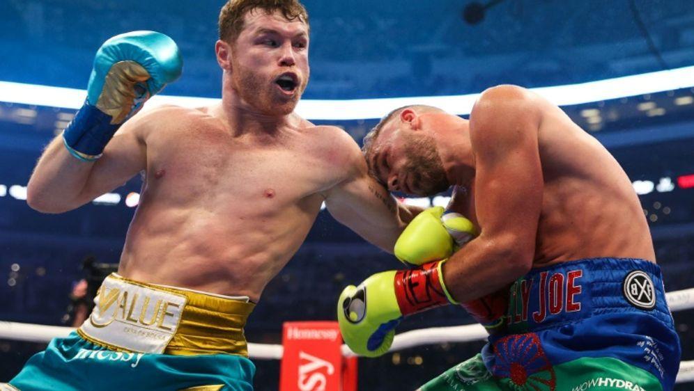Alvarez (links) schlägt Saunders und ist Dreifach-Champion - Bildquelle: AFPSIDEd MULHOLLAND