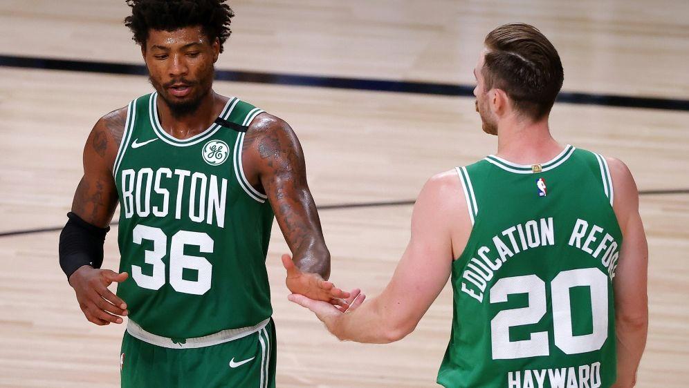 Die Boston Celtics feiern den ersten Sieg. - Bildquelle: GETTY IMAGES NORTH AMERICAGETTY IMAGES NORTH AMERICASIDKevin C. Cox
