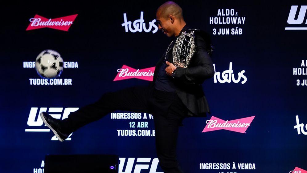 Jose Aldo liebt es, zu kicken– im Octagon und auf dem Fußballfeld. - Bildquelle: Getty Images