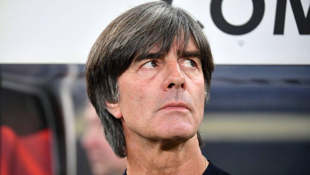 Joachim Löw steht mit der deutschen Nationalmannschaft gegen Nordirland unte... - Bildquelle: imago images / Jan Huebner