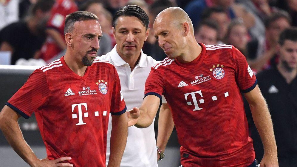 Trainer Niko Kovac (Mitte) mit den beiden Altstars und Stammspielern Franck ... - Bildquelle: imago
