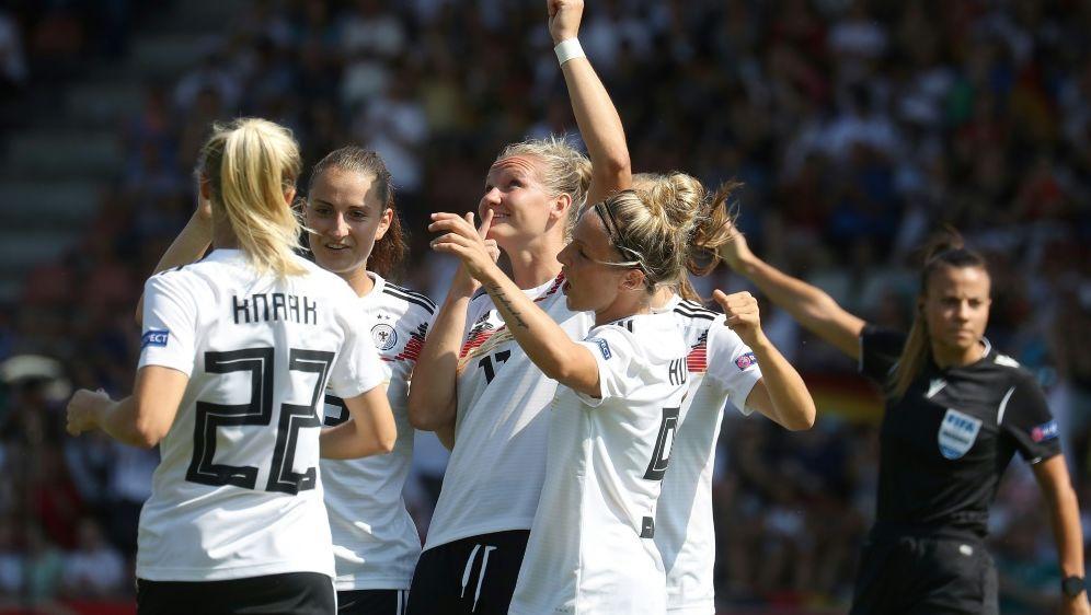 Die deutschen Fußballerinnen gewinnen mit klarem 8:0 - Bildquelle: FIROFIROSID