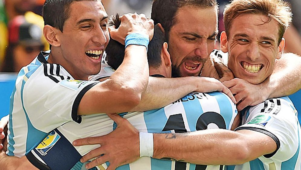 Argentinien bejubelt den Treffer von Gonzalo Higuain gegen Belgien - Bildquelle: getty