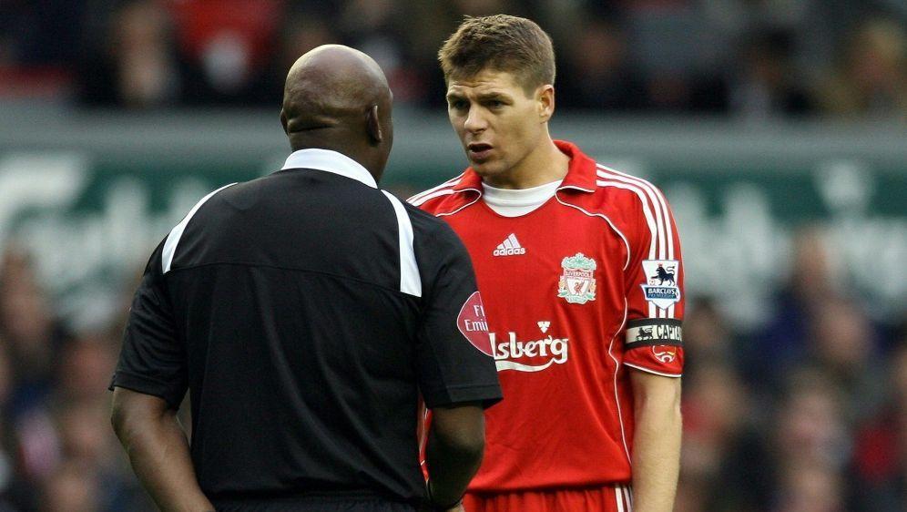 Steven Gerrard (r.) im Gespräch mit Uriah Rennie - Bildquelle: AFPSIDPAUL ELLIS