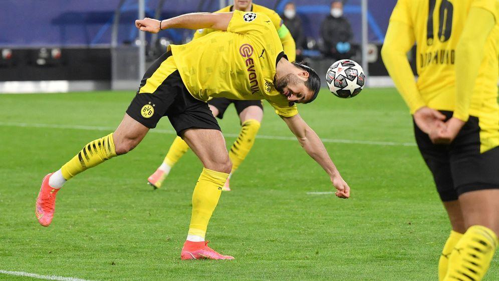 Die entscheidende Szene: Emre Can springt der Ball vom Kopf an den Arm. - Bildquelle: Imago Images