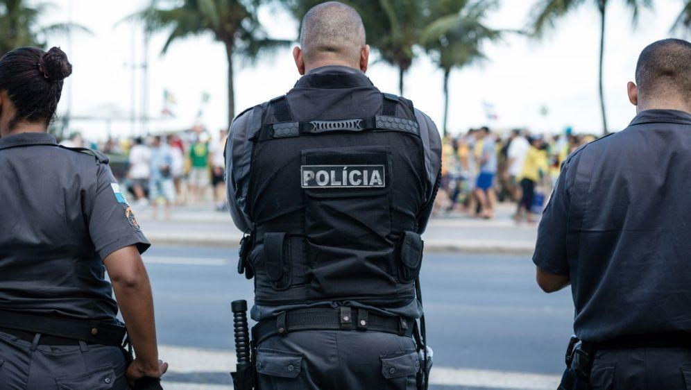 Die Polizei Nimmt Einen Verdächtigen Fest