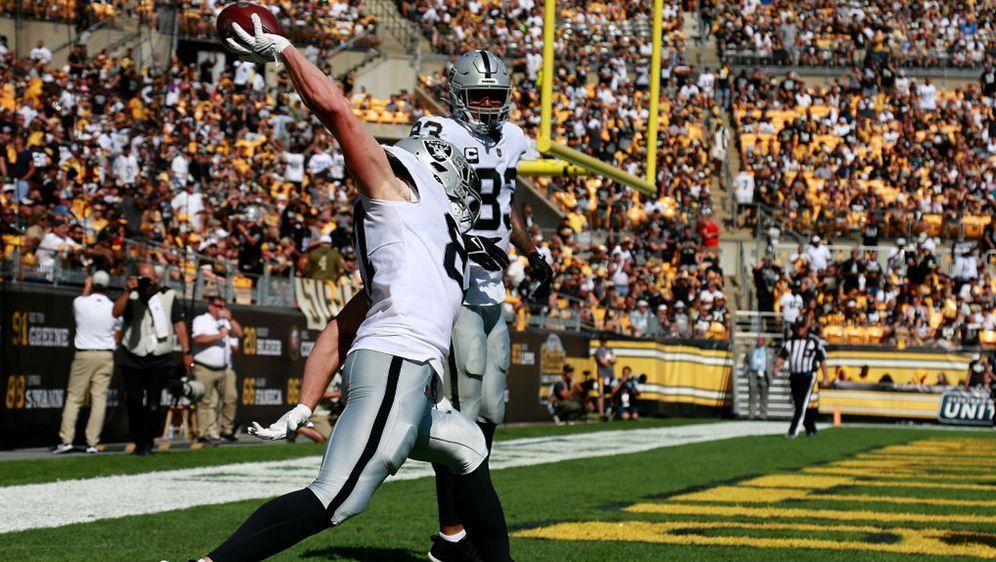 Die Las Vegas Raiders feierten einen Sieg bei den Pittsburgh Steelers und si... - Bildquelle: 2021 Getty Images