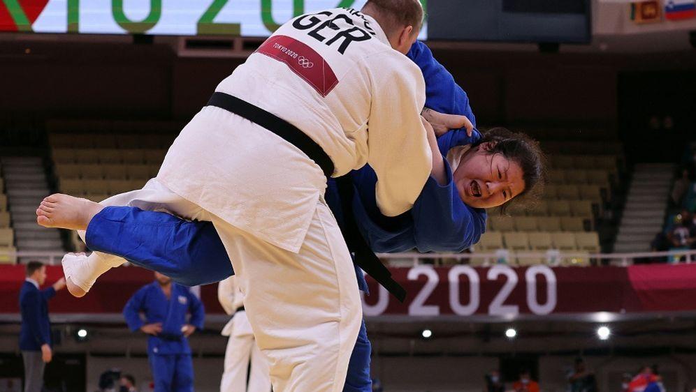 Jasmin Grabowski (weiß) scheitert bereits in Runde eins - Bildquelle: AFPSIDJACK GUEZ