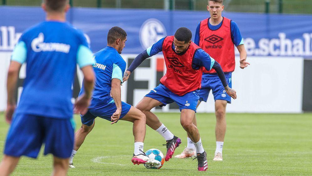 Auch der FC Schalke 04 arbeitet aktuell an seiner Form bis zum Saisonstart. - Bildquelle: imago images/RHR-Foto