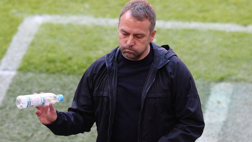 Sichtlich angefressen: Bayern-Trainer Hansi Flick fehlten gegen Union Berlin... - Bildquelle: imago