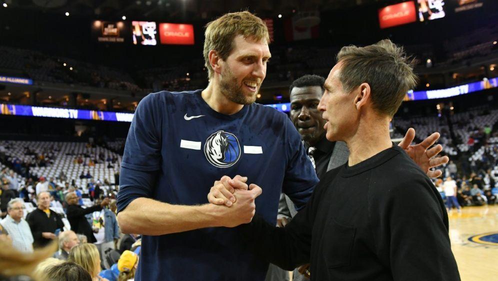 Basketball-Legende Dirk Nowitzki (l.) genießt die Rente - Bildquelle: NBAE  Getty ImagesNBAE  Getty ImagesSIDJesse D. Garrabrant