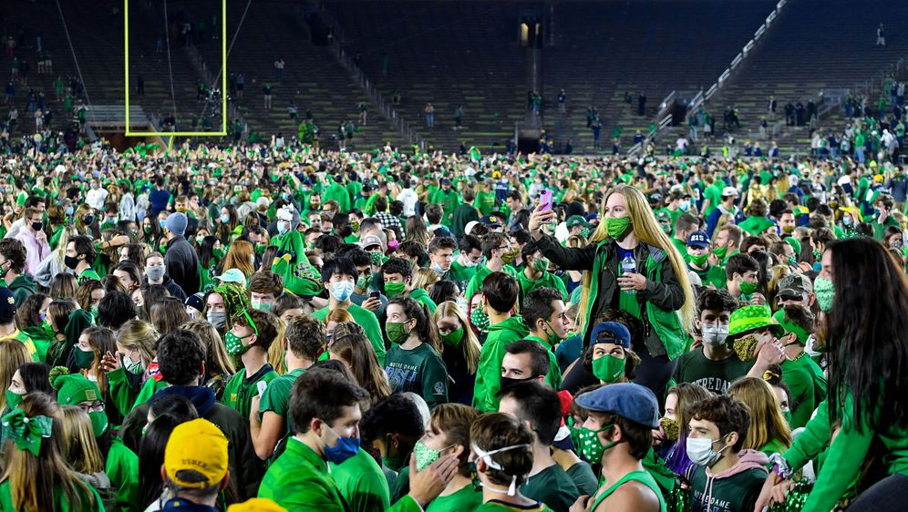 Die Fans von Notre Dame stürmen nach dem Sieg über Clemson auf das Feld. - Bildquelle: 2020 Getty Images