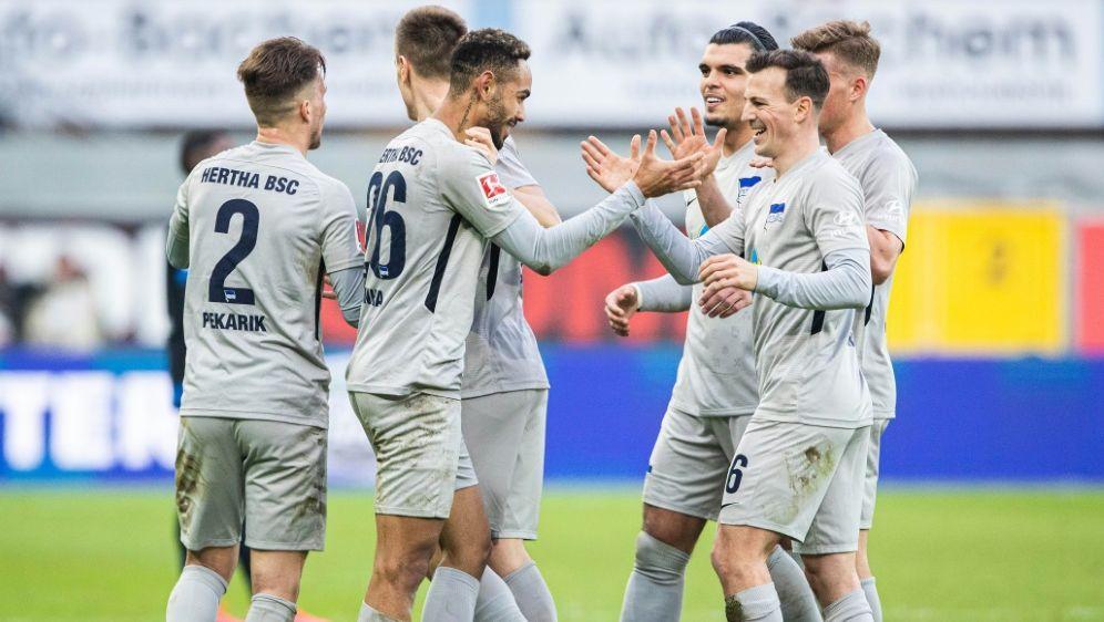 Die Berliner Hertha feiert einen 2:1-Sieg in Paderborn - Bildquelle: FIROFIROSID