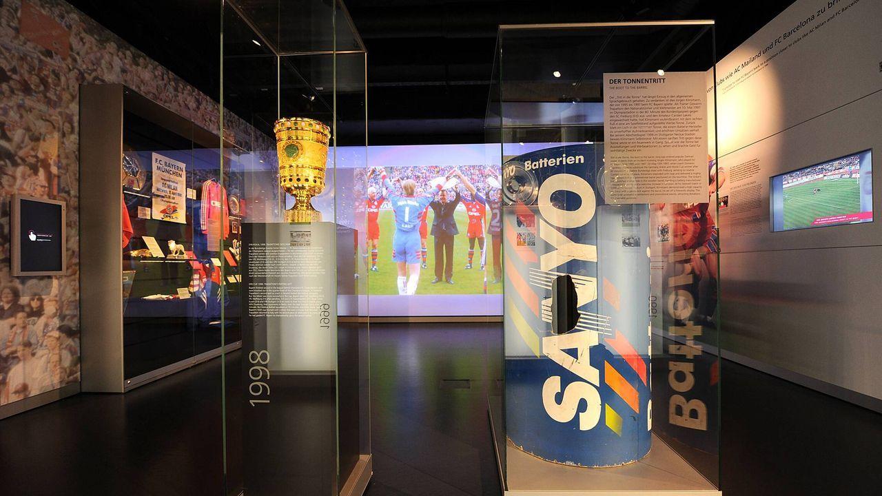 Jürgen Klinsmann vs. Werbetonne - Bildquelle: imago sportfotodienst
