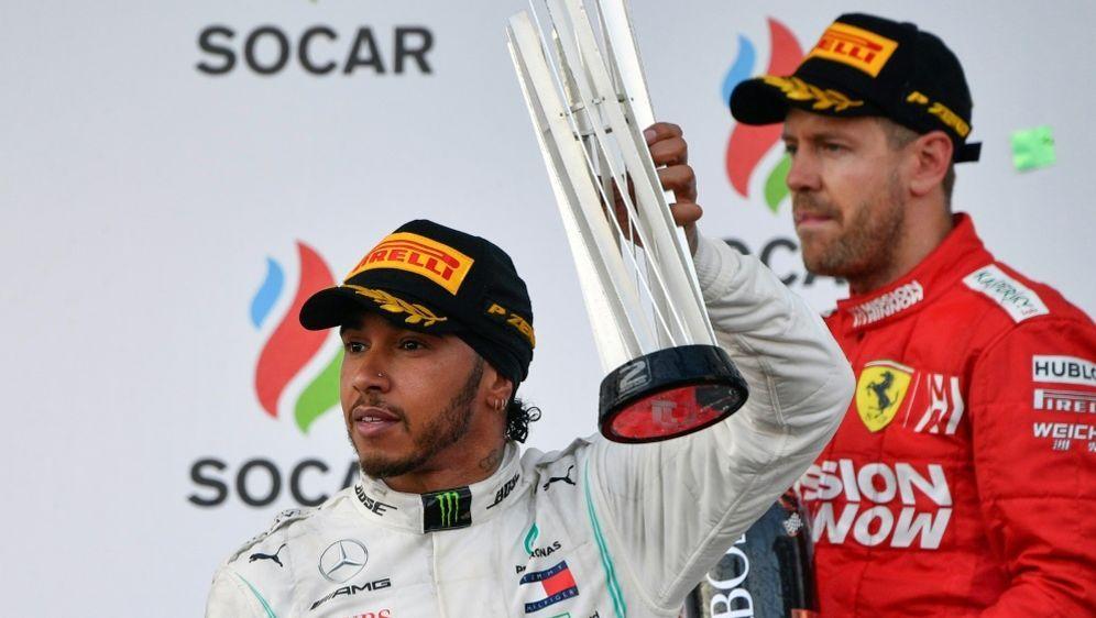 Vettel (r.) mal wieder ohne Chance gegen Mercedes - Bildquelle: AFPSIDAlexander NEMENOV