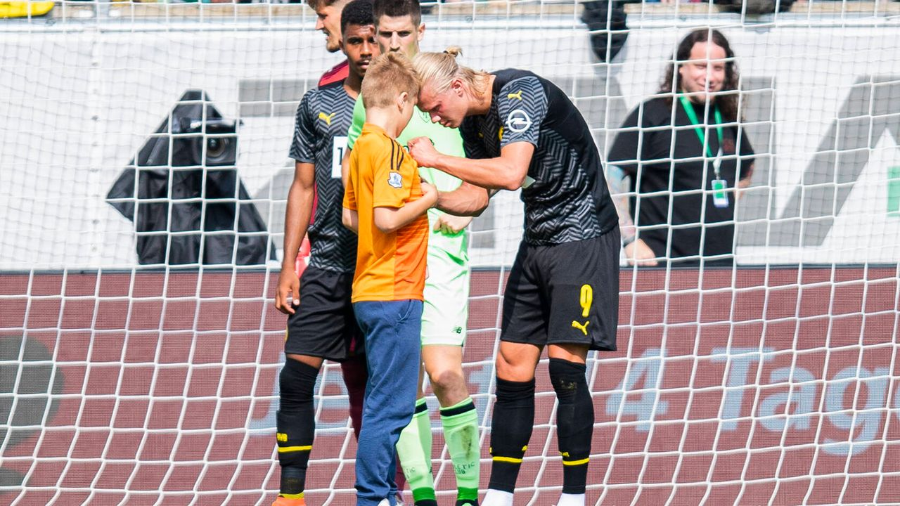 Während des Spiels: BVB-Star Haaland erfüllt Autogramm-Wunsch - Bildquelle: imago images/Kirchner-Media