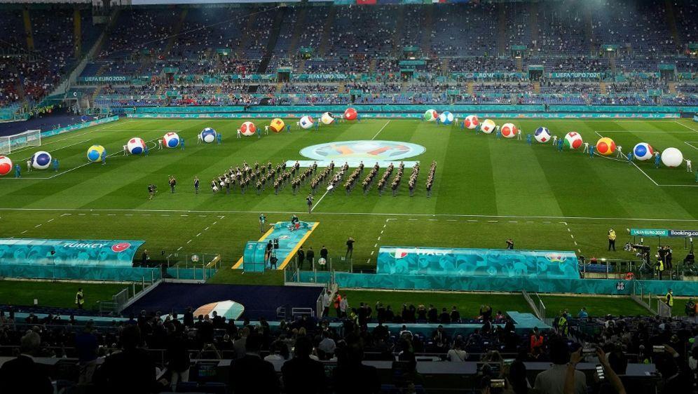 Die Fußball-Europameisterschaft startet mit bunter Show - Bildquelle: AFPSIDAndrew Medichini