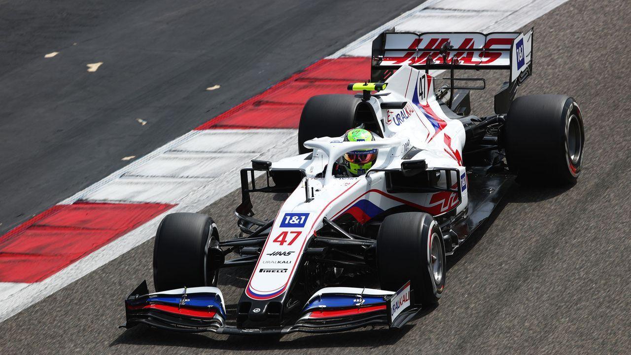 Bahrain-Tests: Schumacher legt sich in die Kurve - Bildquelle: Getty Images