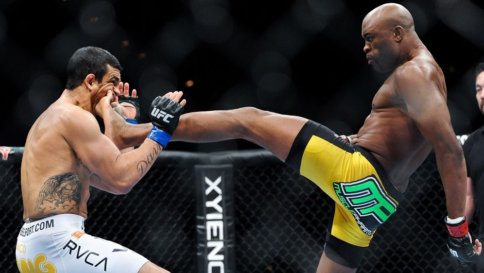 Anderson Silva (re.) tritt bei UFC 237 wieder in Aktion - Bildquelle: Getty Images