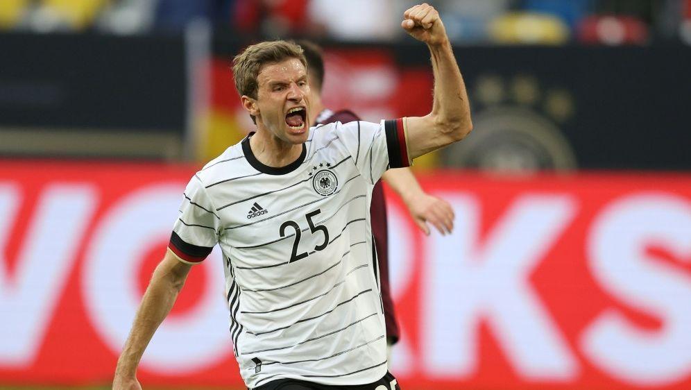 Thomas Müller heizt die deutschen Fans an - Bildquelle: FIROFIROSID