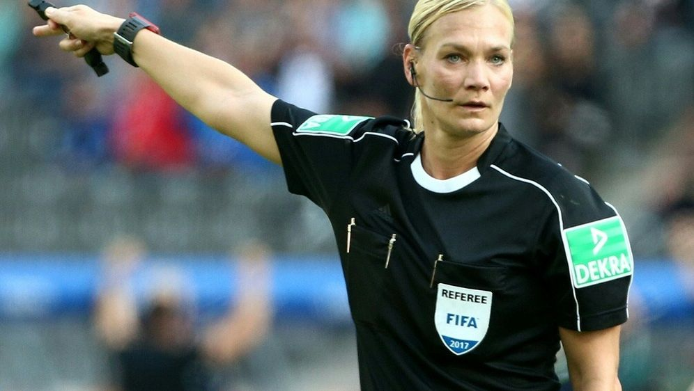 Bibiana Steinhaus leitet Spiele bei der Frauen-WM 2019 - Bildquelle: PIXATHLONPIXATHLONSID