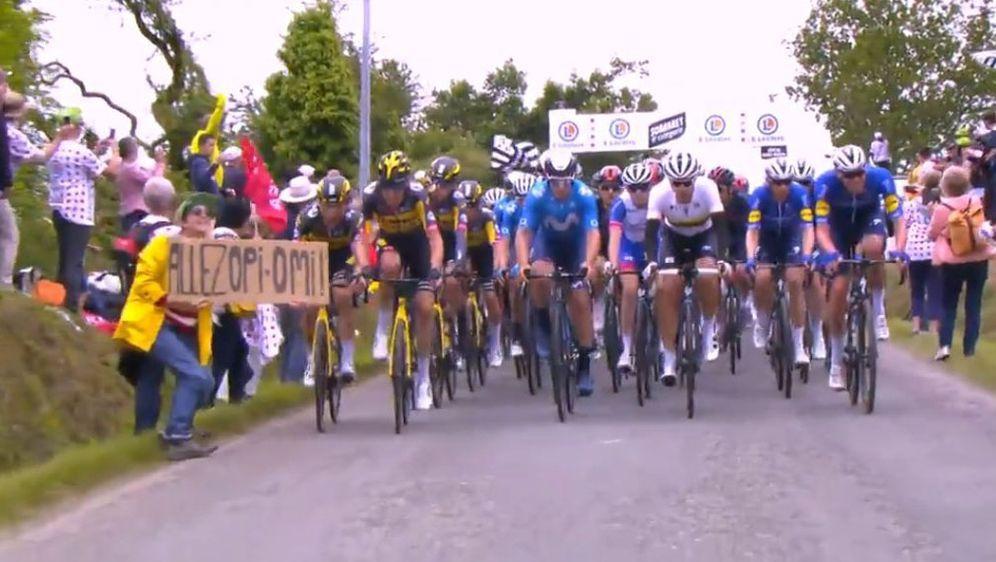 Das Pappschild der 30 Jahre alten Französin brachte viele Fahrer zu Fall. - Bildquelle: twitter.com/bruck_68