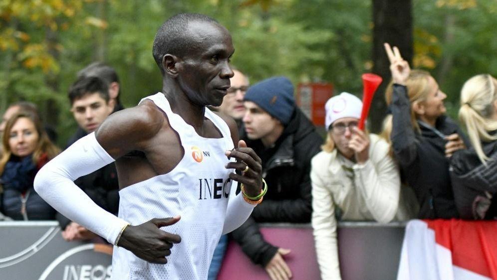 Kipchoge lief die Marathon-Distanz in unter zwei Stunden - Bildquelle: APAAPASIDHERBERT NEUBAUER