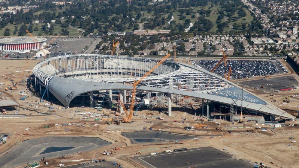 Das SoFi Stadium soll Mitte August eröffnet werden - Bildquelle: AFPSIDDANIEL SLIM