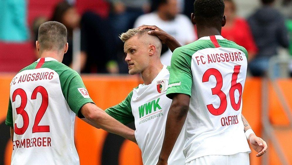 Philipp Max (M.) erzielt das 3:0 für die Augsburger - Bildquelle: FIROFIROSID