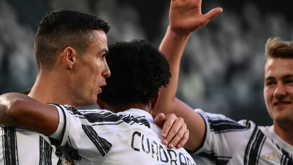 Cristiano Ronaldo (l.) trifft gegen Neapel zum 1:0 - Bildquelle: AFPSIDMARCO BERTORELLO