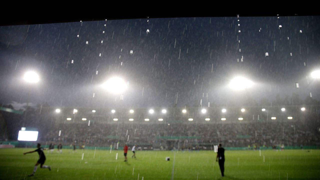 DFB-Pokal: Unwetter-Chaos in Sandhausen - Bildquelle: imago images / eu-images