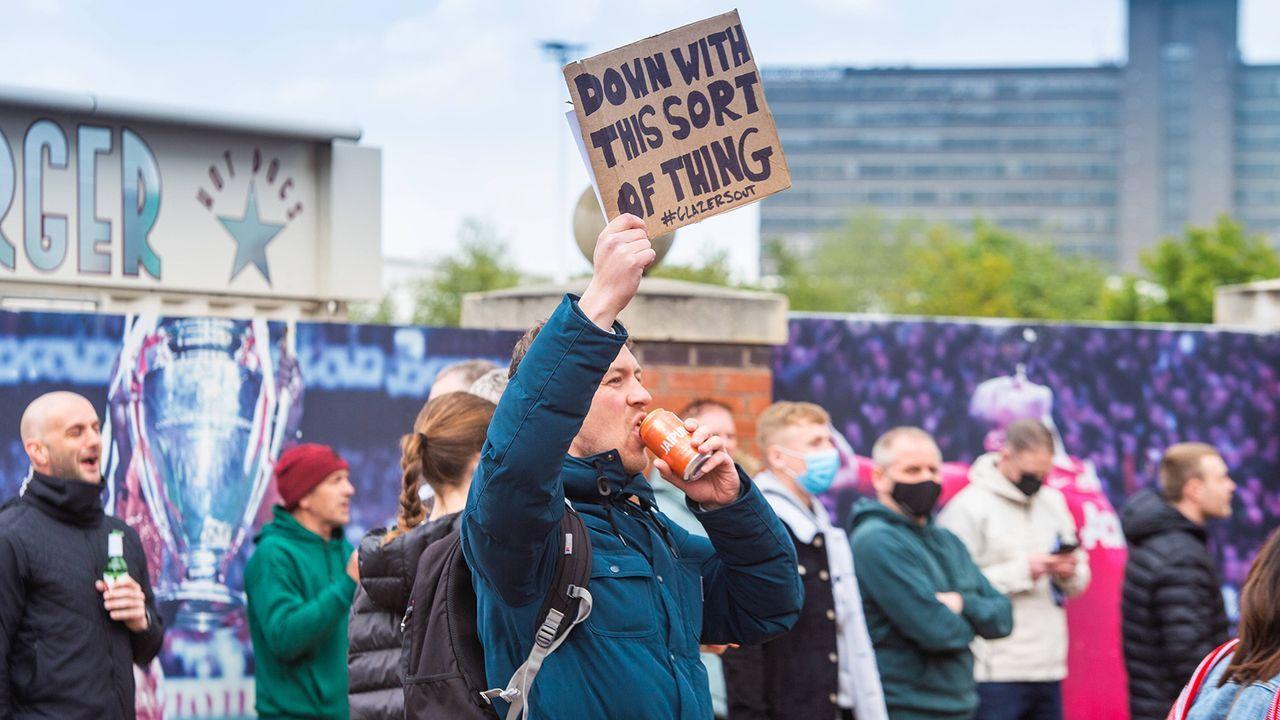 Tausende Fans protestieren - Bildquelle: Imago Images
