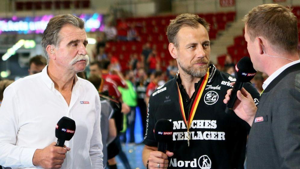 Heiner Brand (l.) ist bestürzt wegen des VfL-Abstieg - Bildquelle: FIROFIROSID