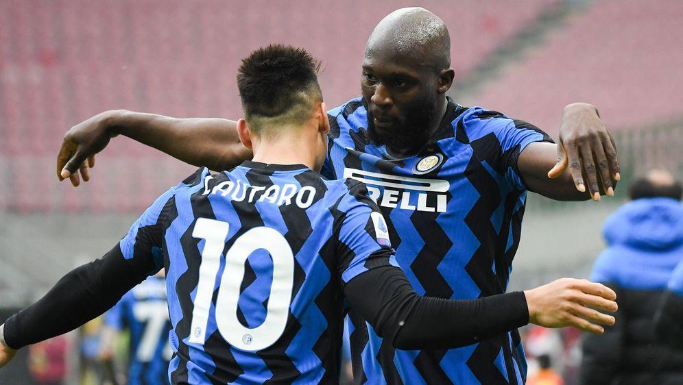 Lautaro Martinez (li.) und Romelu Lukaku stehen mit Inter Mailand vor der er... - Bildquelle: Imago Images