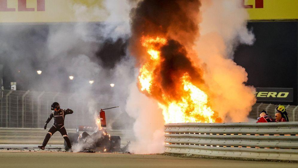 Das Auto von Romain Grosjean ging nach dem Einschlag sofort in Flammen auf. - Bildquelle: Imago