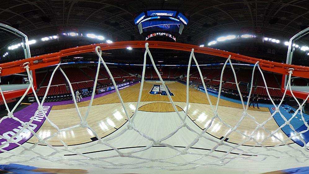 Besonderer Blick auf den Court: Beim Basketball dreht sich alles um Körbe - Bildquelle: 2016 Getty Images