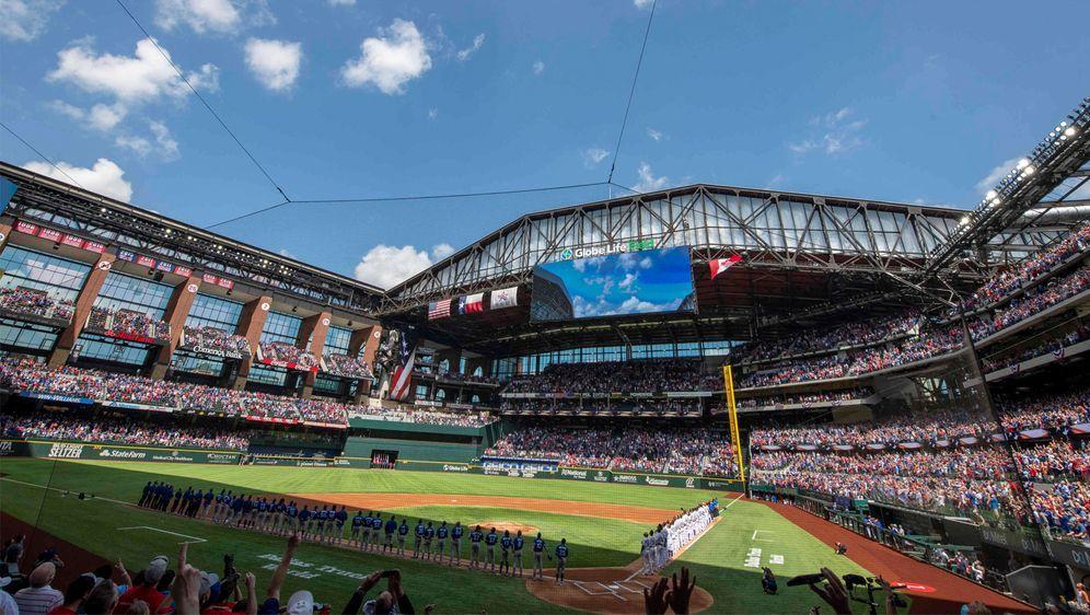 Beim Spiel der Texas Rangers waren knapp 40.000 Zuschauer im Stadion. - Bildquelle: Imago Images