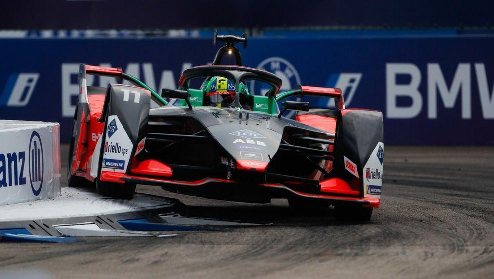 Lucas Di Grassi fliegt über die Randsteine - Bildquelle: Motorsport Images