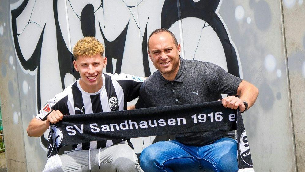 Enrique Pena (l.) unterschreibt in Sandhausen - Bildquelle: SV SANDHAUSENSV SANDHAUSENSV SANDHAUSEN