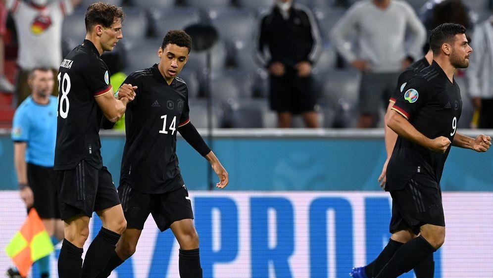 Leon Goretzka (li.) erzielte den späten 2:2-Ausgleich für das DFB-Team. - Bildquelle: Getty Images