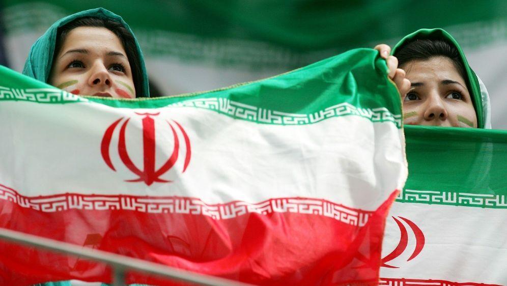 Iranischen Frauen wird der Zutritt ins Stadion erlaubt - Bildquelle: FIROFIROSID