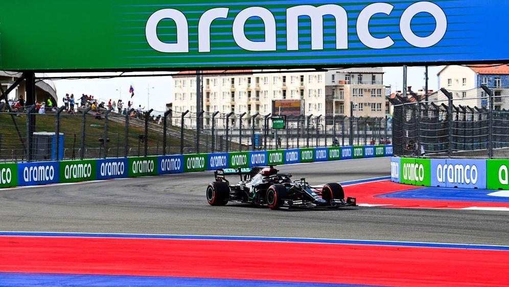 Lewis Hamilton kassierte eine Strafe nach zwei falschen Übungsstarts. - Bildquelle: imago