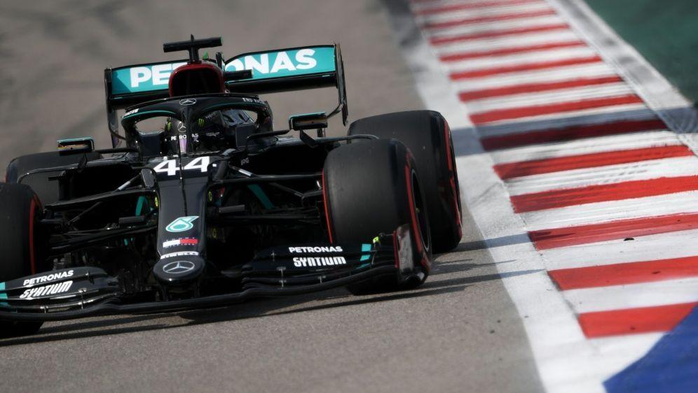 Lewis Hamilton gewinnt Qualifying in Sotschi - Bildquelle: AFPSIDAlexey Filippov