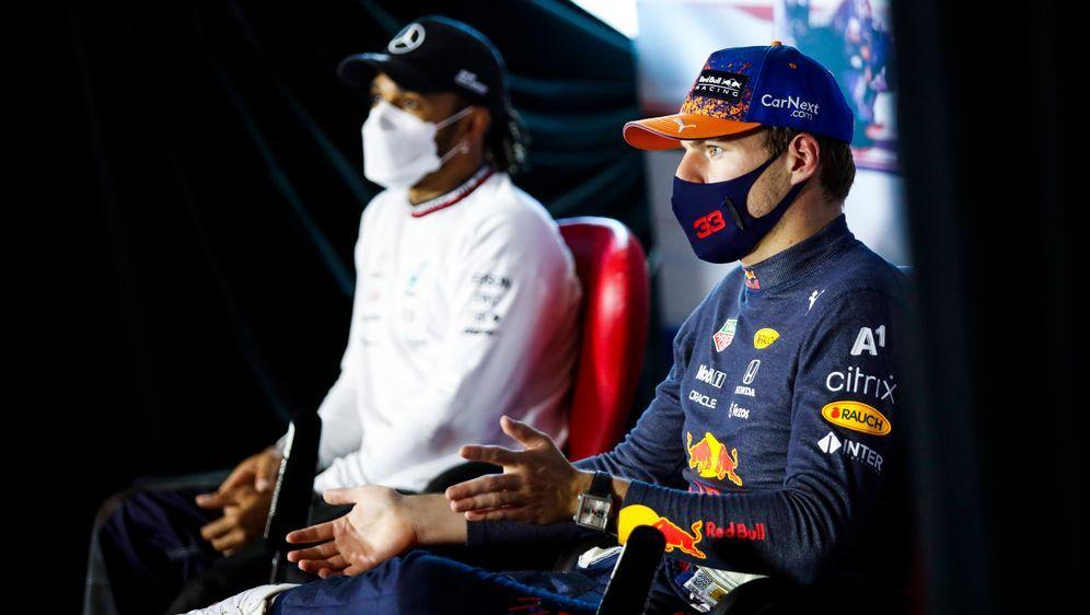 Werden wahrscheinlich keine Freunde mehr: Lewis Hamilton und Max Verstappen - Bildquelle: imago images/HochZwei