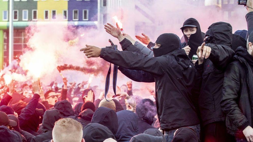 Einige Ajax-Fans fielen in London gewalttätig auf - Bildquelle: AFPSIDNIELS WENSTEDT