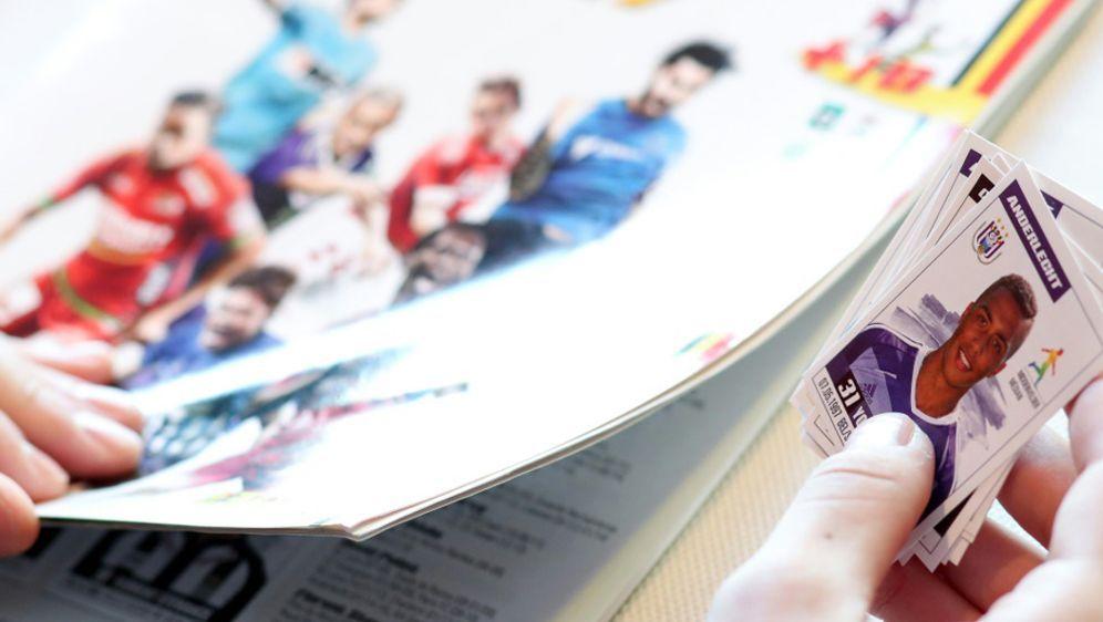 Ein Panini-Album mit der Unterschrift Peles wurde zu einem Rekordpreis verka... - Bildquelle: AFP/SID