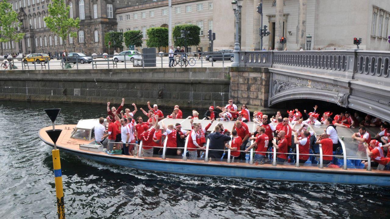 Dänische Fans bringen sich in Stimmung - Bildquelle: Imago