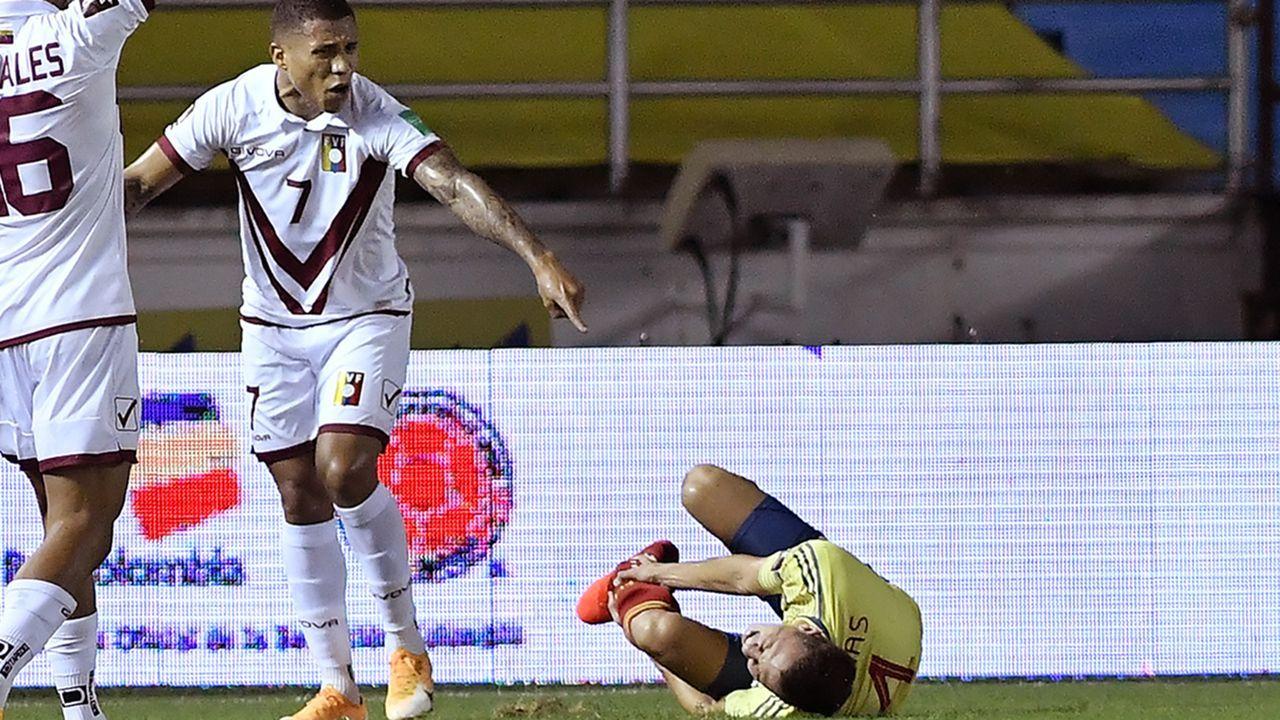 Leverkusen-Star Santiago Arias verdreht sich das Bein - Bildquelle: 2020 Getty Images