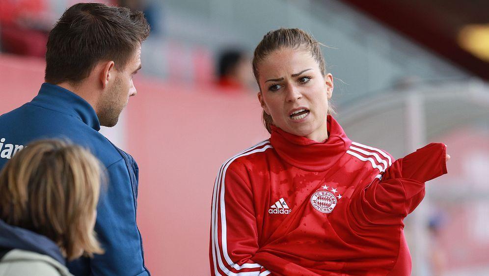 Melanie Leupolz glaubt nicht, dass die Frauen beim Fußball so viel verdienen... - Bildquelle: imago images/Lackovic
