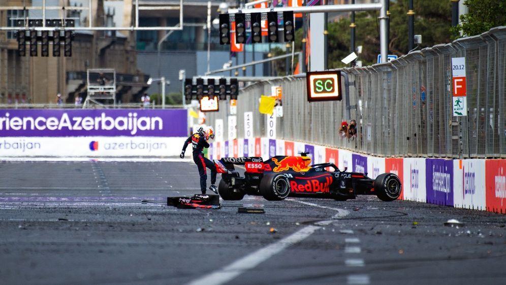 Max Verstappen prallte mit seinem Red Bull nach einem Reifenplatzer in die M... - Bildquelle: Getty